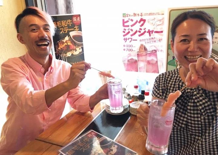 ピンクジンジャーサワーを手に盛り上がるTOBIさんと麻里子さん