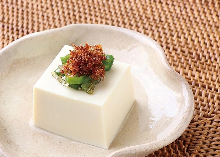 岩下の新生姜×マルトモ『かつおと生姜の浅炊き』調理例:冷奴の薬味に